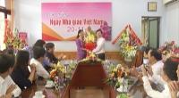 Đồng chí Trần Lê Đoài, Phó Chủ tịch UBND tỉnh tặng hoa chúc mừng lãnh đạo, cán bộ, nhân viên Sở Giáo dục và Đào tạo Nam Định.
