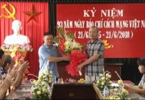 Đồng chí Phó chủ tịch UBND tỉnh tặng hoa, chúc mừng cán bộ, phóng viên, biên tập viên, kỹ thuật viên Đài PTTH Nam Định.