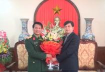 Đồng  chí Trần Lê Đoài, Phó Chủ tịch UBND tỉnh chúc mừng cán bộ, chiến sĩ Bộ CHQS tỉnh