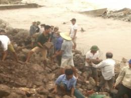 Đồng chí Bí thư tỉnh ủy kiểm tra và chỉ trực tiếp công tác khắc phục sự cố sạt lở đê do cơn bão số 10 gây ra tại huyện Hải Hậu.