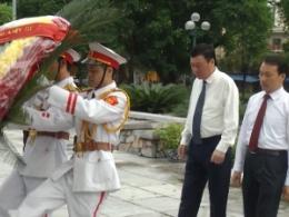Tỉnh ủy, HĐND, UBND, UB MTTQ tỉnh và thành phố Nam Định tổ chức lễ dâng hương, đặt vòng hoa viếng các anh hùng liệt sỹ tại đài tưởng niệm các anh hùng liệt sỹ và nghĩa trang liệt sỹ thành phố Nam Định.